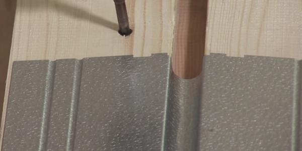 Крепление деревянной обрешетки и укладка на нее алюминиевых пластин.