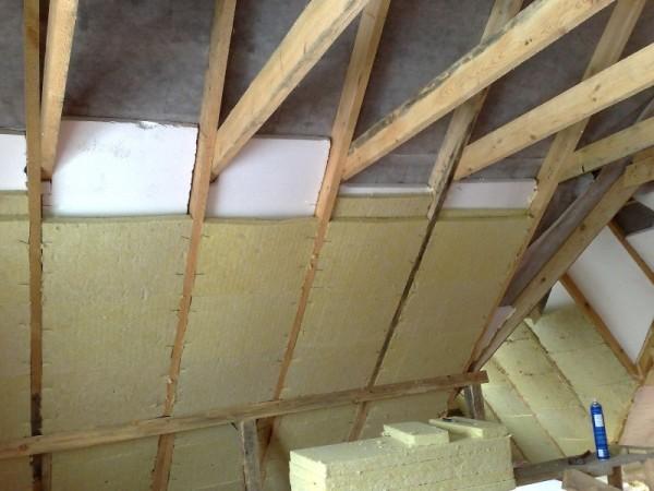 Минеральную вату на крыше можно использовать в сочетании с пенопластом.