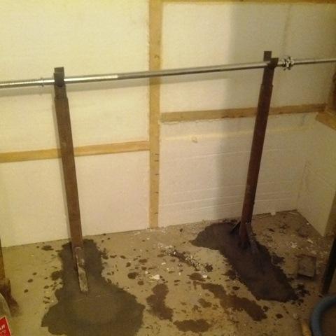 Монтажная пена позволяет быстро заделать щели
