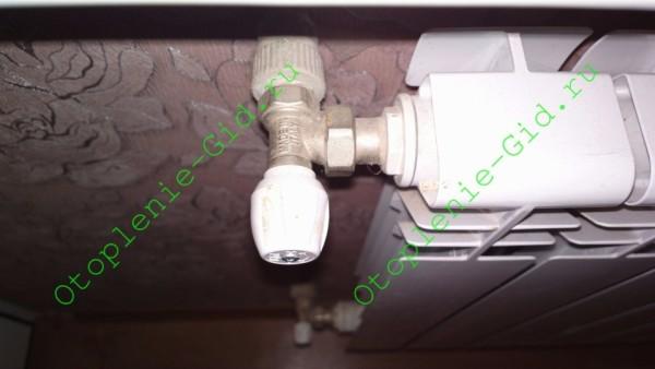 На фото - дроссель, позволяющий регулировать нагрев отопительного прибора.