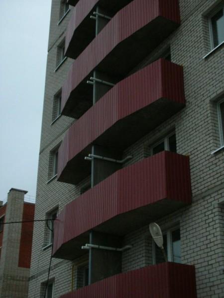 На фото - именно такая новостройка. На фасад выведены каналы для забора воздуха.