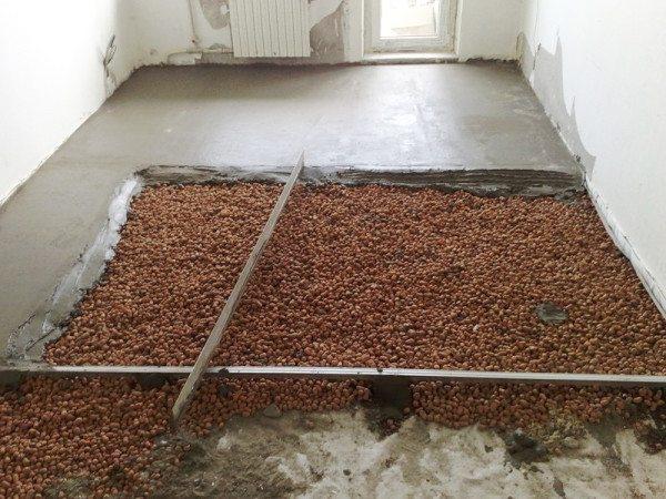 На фото - керамзит в качестве утепляющей подсыпки бетонных полов.