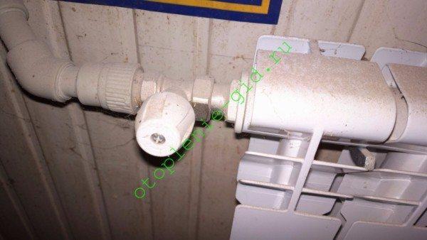 На фото - подключение алюминиевого секционного радиатора американкой.