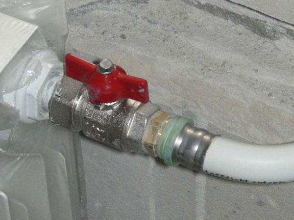 На фото - соединение металлопластиковой трубы с пресс-фитингом.