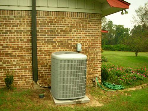 На фото - тепловой насос воздух-воздух. Эти приборы дешевле работающих по другим схемам; но при отрицательных температурах их эффективность падает.