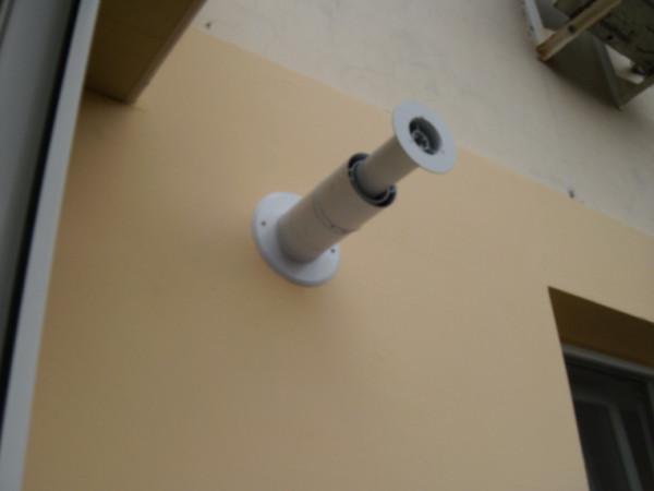 На фото - воздухозаборник газового котла.