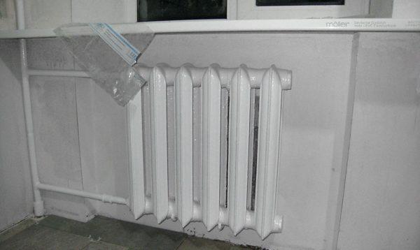 На фото демонстрируется правильно установленный радиатор.