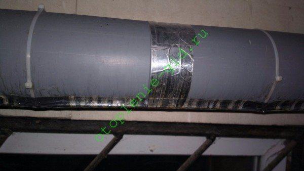 На фото использованы оба способа крепления: обычным скотчем под алюминиевым и полиэтиленовыми стяжками.