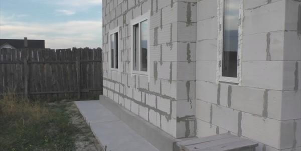 На фото можно видеть то, насколько ровная стена, построенная из газобетона