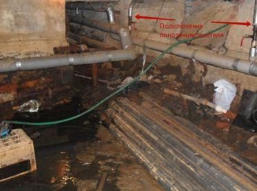 На фото — подающая труба в подвалехрущевки. Проходя с первого по пятый этажи и обратно через смежные квартиры, она соединялась с обраткой.