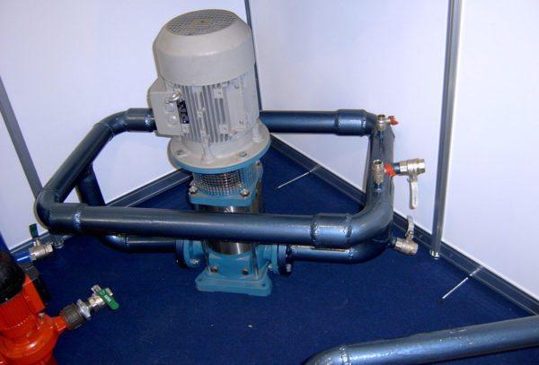 На фото показан демонстрационный вихревой генератор, в котором вода циркулирует в замкнутом контуре