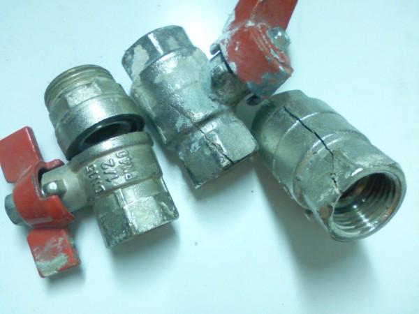 На фото пример выхода из строя недорогой запорной арматуры, которая используется при сборке трубопроводов из металлопласта