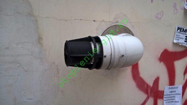 На фото — вывод коаксиального воздуховода турбированного котла через стену дома.