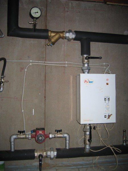 На КПД электрокотла может повлиять лишь его установка в неотапливаемом помещении без теплоизоляции. Тогда нагрев окружающего воздуха будет бесполезным.