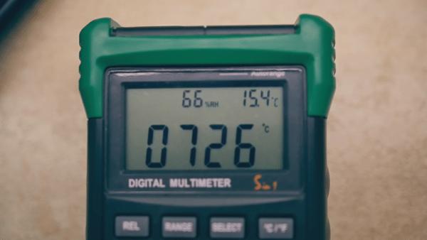 На цифровом термометре можно видеть температуру воздуха над верхним горшком там, где размещено отверстие для стока воды