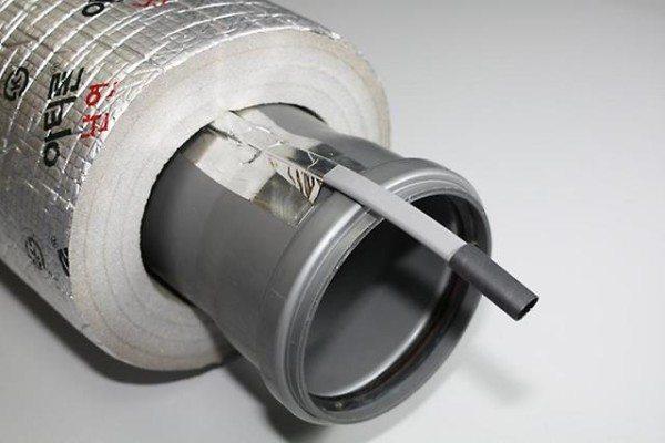 Наиболее разумная схема обогрева: кабель уложен снаружи трубы в теплоизоляцию.