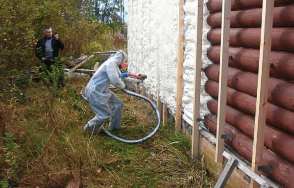 Напыление вспененного полиуретана на бревенчатую стену