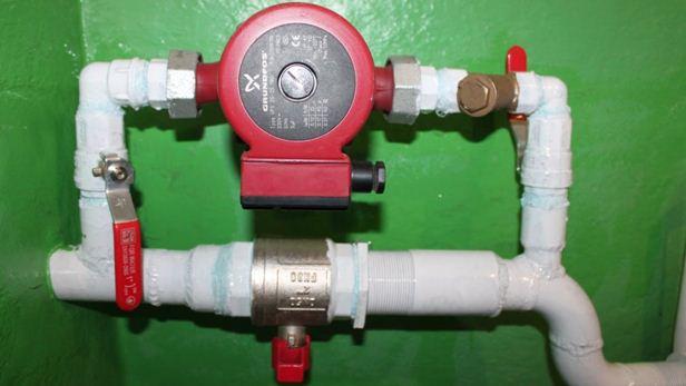 Насос отвечает за циркуляцию воды в контуре. На фото — его врезка в отопительный контур.