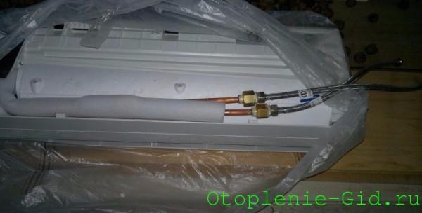 Настенный фанкойл в упаковке. На фото видны шланги для подключения к подаче и обратке системы автономного отопления.