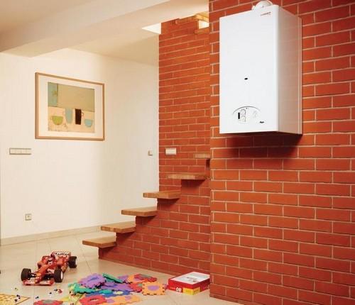 Навесной электрокотел в интерьере комнаты