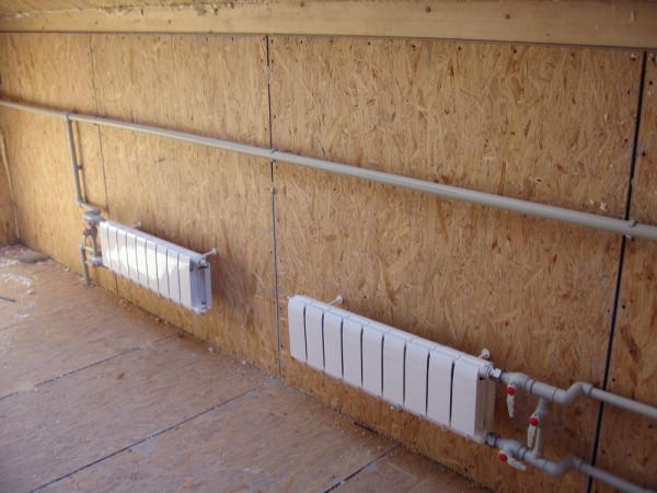Небольшой вес изделий позволяет крепить их даже на деревянные листовые материалы, что невозможно в случае с чугунными батареями