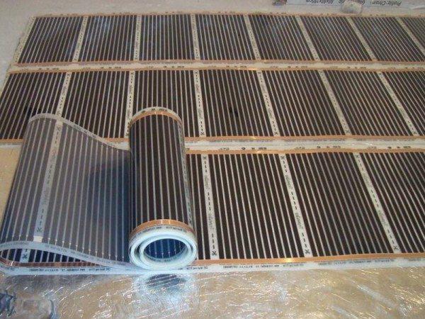 Недорогой пленочный нагреватель обходится в 600-700 рублей за квадрат. К его стоимости добавятся расходы на провода и терморегуляторы.