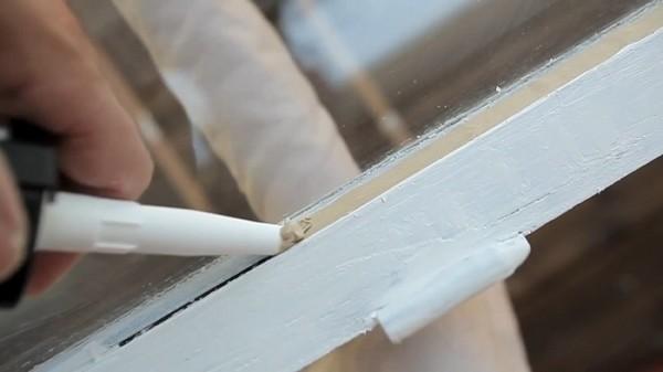 Неплохую теплоизоляцию обеспечивает применение оконной замазки вместо старого штапика