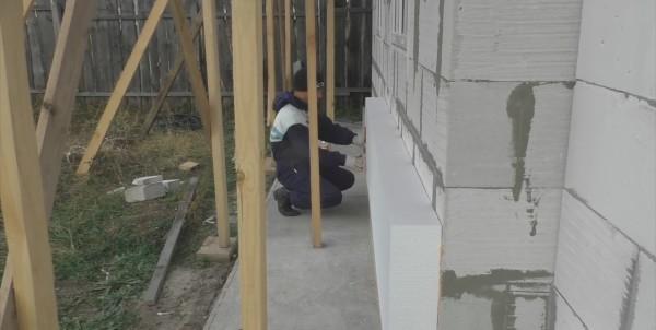 Несмотря на то, что стена ровная, при поклейке ориентируемся по приложенному ватерпасу