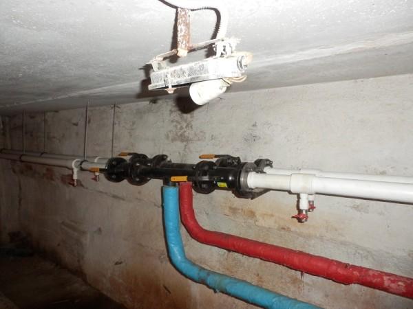 Нижний розлив: подача и обратка проходят по подвалу и соединяются парными стояками.