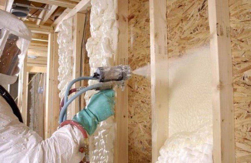 Обработка стен дома пенополиуретаном — качественная теплоизоляция.