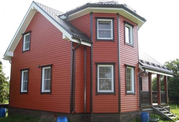 Обшитый виниловым сайдингом дом