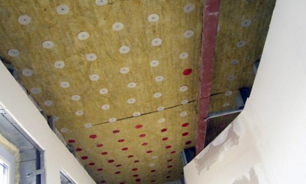 Обустройства перекрытия изнутри минераловатными плитами.