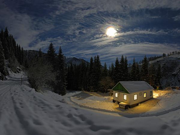 Одинокий дом зимой