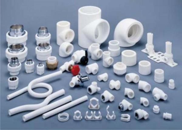 Огромный выбор вспомогательных материалов и приспособлений – одно из несомненных преимуществ использования пропиленовых труб