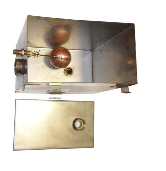 Открытый расширительный бак с заливным клапаном для подпитки контура водой.
