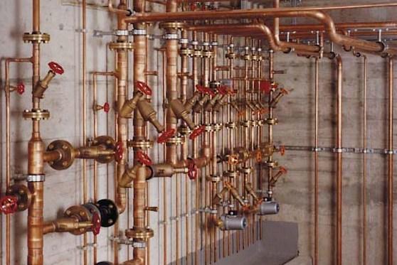 Отопление и водопровод выполнен медью