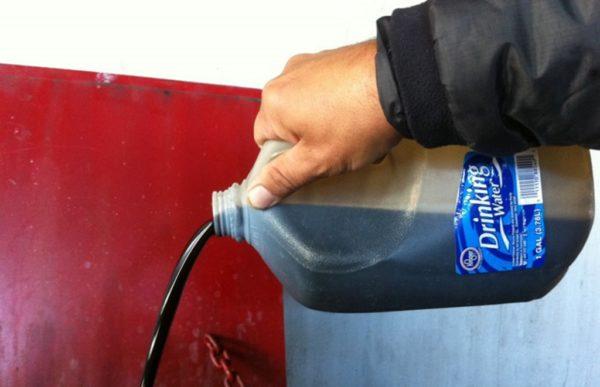 Отработка до сих пор стоит дешево — не более 10 рублей за литр, а горит не хуже мазута