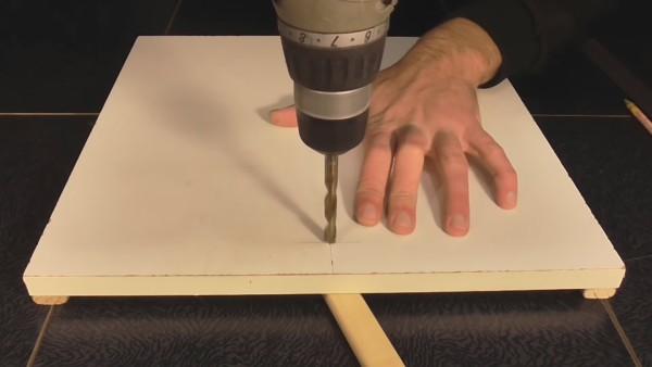 Отверстие делаем строго вертикальным, чтобы стойка резака не располагалась под наклоном