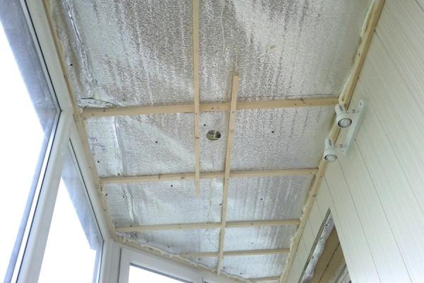 Пароизоляция из фольгированной пленки и контробрешетка для монтажа потолочной обшивки
