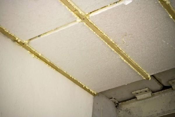 Пена позволяет устранить все изъяны утепления потолка