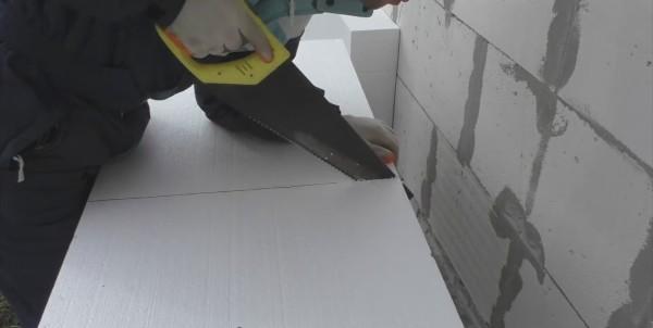 Пенополистирол для утепления стен снаружи легко пилится, но нужно быть аккуратным, чтобы полотно шло ровно
