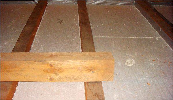 Пеной заполняются все стыки, в которые может проникнуть состав, она отлично подходит для использования в деревянном доме
