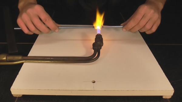Перед тем, как согнуть металлическую шпильку, нагрейте место сгиба на горелке