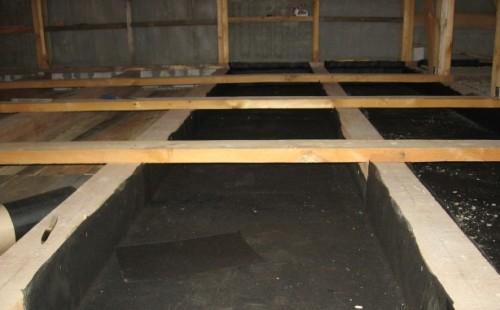 Пергамин защищает деревянные элементы от влаги при утеплении опилками потолка