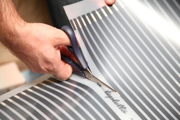 Пленку режем только по намеченным линиям, как показано на фото