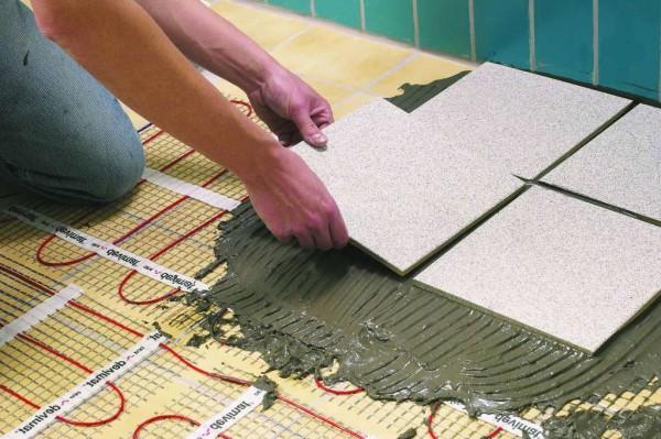 Плитку можно класть и без стяжки – достаточно увеличить толщину клеевого слоя