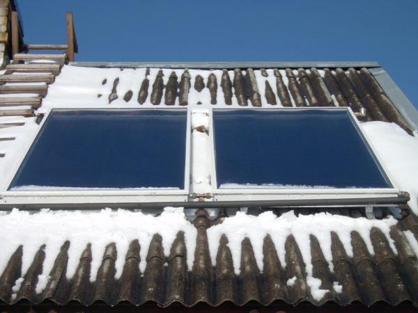 Плоский коллектор самоочищается при нагреве: снег быстро тает на поверхности защитного стекла.