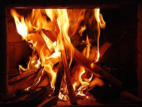 Пляшущие за стеклом языки пламени - это не просто тепло. Это еще и непередаваемое чувство уюта.
