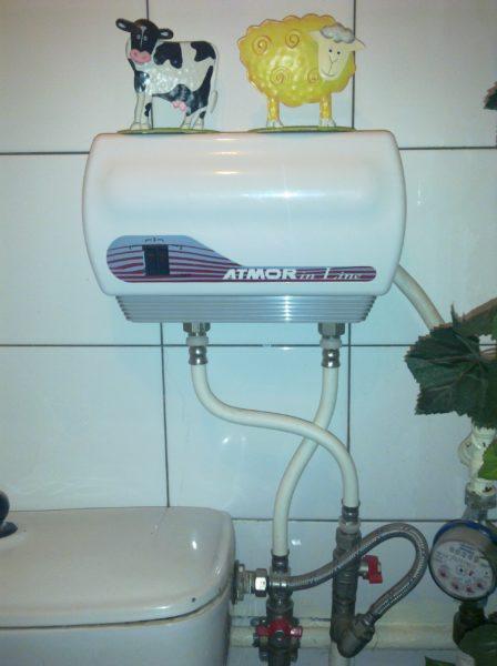 Подключение Atmor In-Line: прибор соединяет собой подводки холодной и горячей воды.