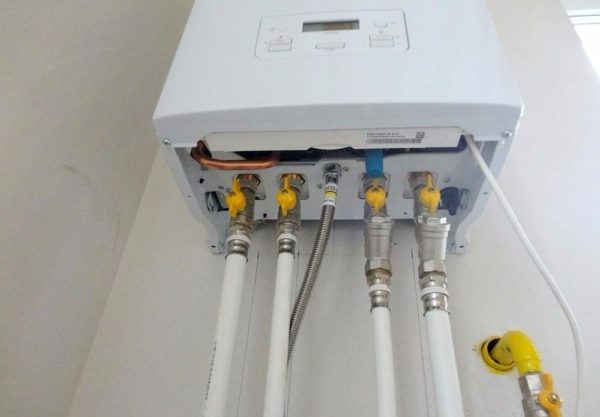 Подключение к системам отопления и водоснабжения выполнено металлополимерной трубой на пресс-фитингах.